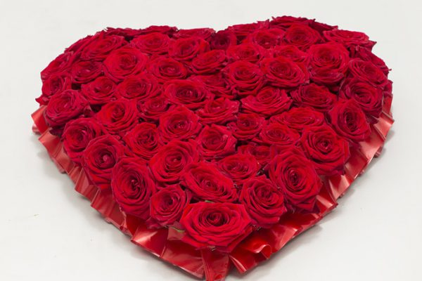 Naomi red roses presented in a heart shape. From €180.